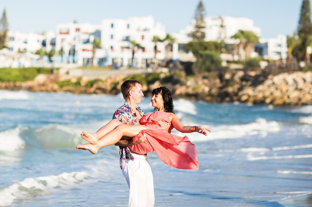 Романтическая пара гуляет по пляжу