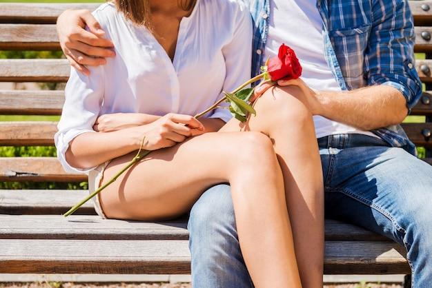 Романтическое свидание. крупным планом влюбленная пара, связывающаяся друг с другом, сидя на