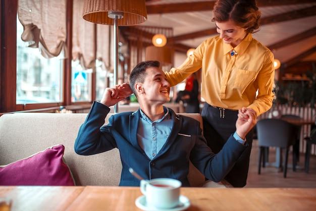 レストランでの愛のカップルのロマンチックなデート