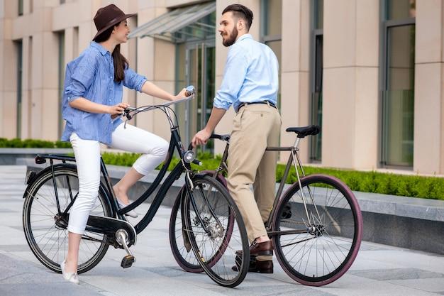 자전거에 젊은 커플의 낭만적 인 데이트
