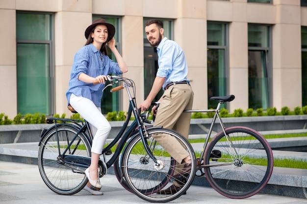 Романтическое свидание молодой пары на велосипедах