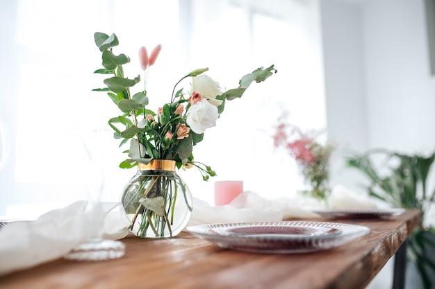 Романтично оформленный деревянный стол с цветами