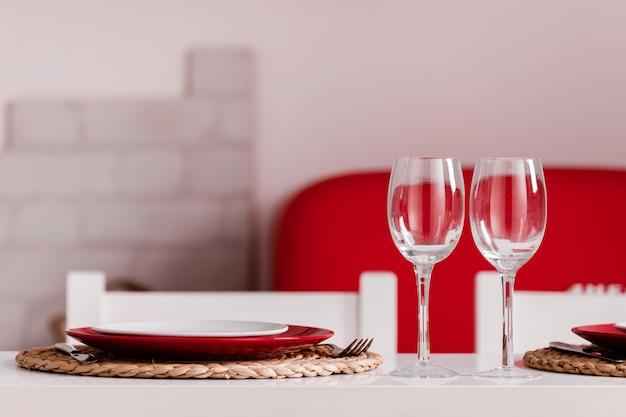 부엌에서 집에서 낭만적 인 저녁 식사. 발렌타인 데이 또는 저녁 식사 날짜 축하 결혼식을위한 장소 설정.