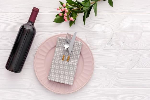 Концепция романтического ужина. романтическая сервировка стола на день святого валентина с вином, бокалами и красной коробкой