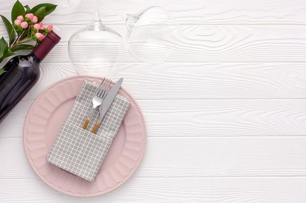 ロマンチックなディナーのコンセプト。ワイン、グラス、赤いボックスとロマンチックなバレンタインデーのテーブルセッティング