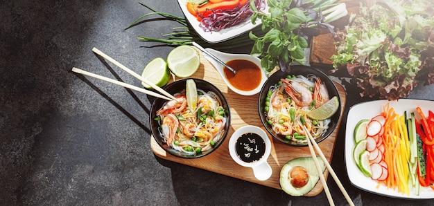 二人のためのロマンチックなディナー。アジア料理。