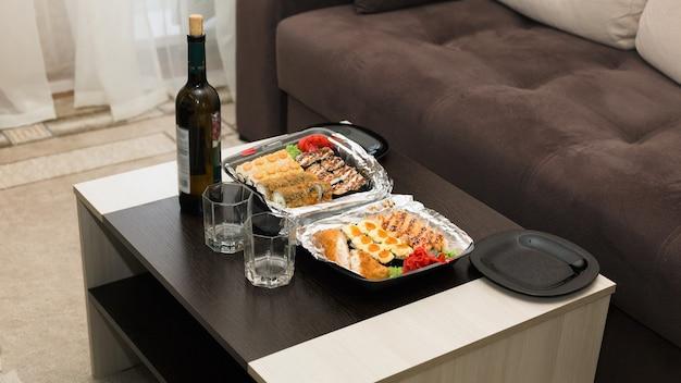 自宅で2人でロマンチックなディナーを楽しみ、小さなテーブルを用意します。