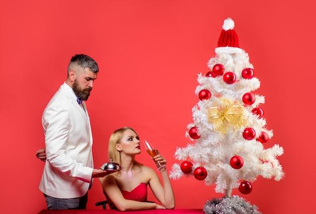 レストランでのロマンチックなディナークリスマスまたは新年のレストランで恋をしているクリスマスディナーカップル
