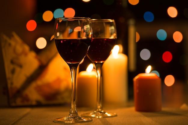 Романтический ужин в ресторане со свечами и вином