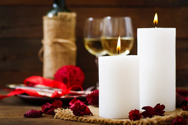 キャンドル、ワイン、花びらを使ったロマンチックなディナー
