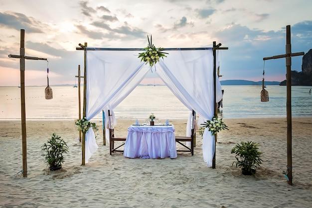 해변에서 낭만적인 저녁 식사 테이블
