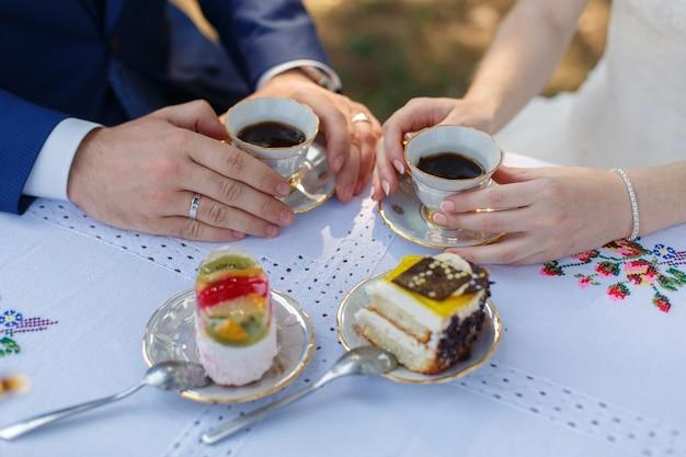 2つのケーキとのロマンチックなディナーをクローズアップ。