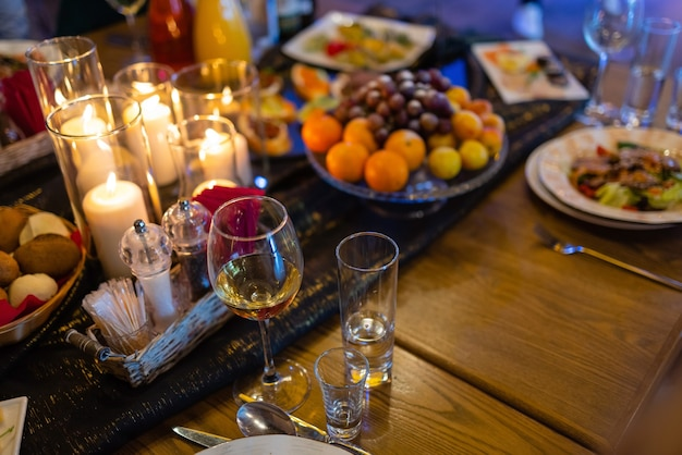 테이블에 와인과 촛불이 있는 낭만적인 저녁 식사