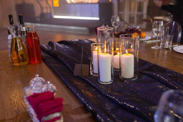 テーブルの上でワインとキャンドルとロマンチックなディナー