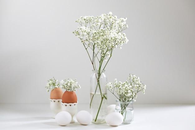 흰색 꽃 gipsophyla와 밝은 배경에 계란 로맨틱 우아한 꽃다발. 공간을 복사하십시오. 부활절 개념.