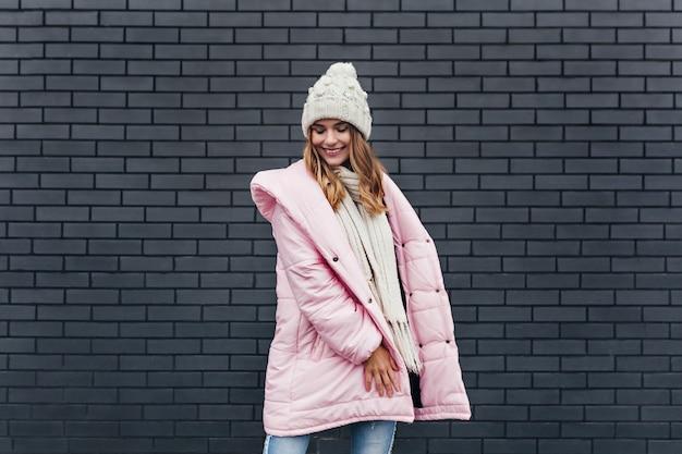 추운 날에 웃 고 분홍색 코트에 낭만적 인 유럽 소녀. 겨울 사진 촬영하는 동안 재미 쾌활 한 국방과 여자.