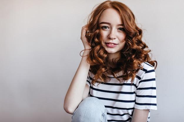 빛나는 생강 머리 미소와 함께 낭만적 인 유럽 여자입니다. 행복을 표현하는 평온한 기쁘게 소녀의 실내 사진.