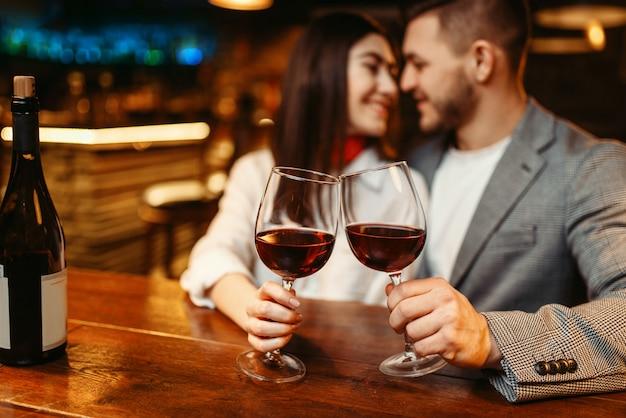 バー、デートのお祝いのカップルのロマンチックな夜。ナイトクラブで一緒にリラックスしたパブ、夫と妻の恋人レジャー