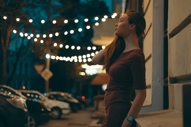街の明かりとロマンチックな女性の肖像画