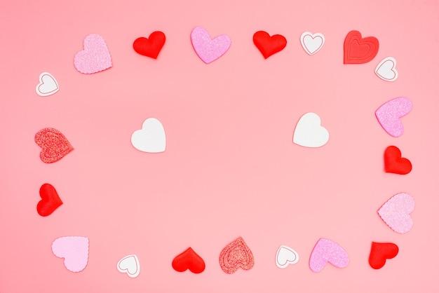ロマンチックなフラットは愛を祝うために心でいっぱいに横たわっていました。