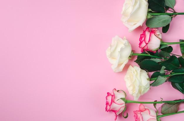 Романтический цветочный фон. предпосылка дня валентинок на розовом столе.