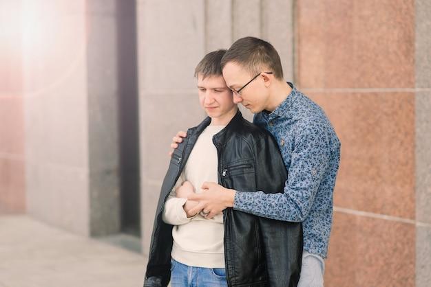 街でロマンチックな同性愛者のカップル、同性愛の愛