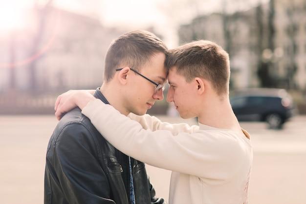 街でロマンチックな同性愛者のカップル。