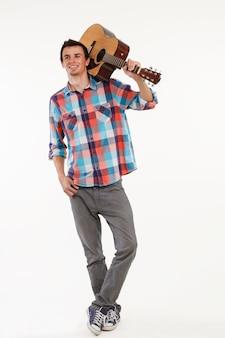 Романтичный парень с гитарой.
