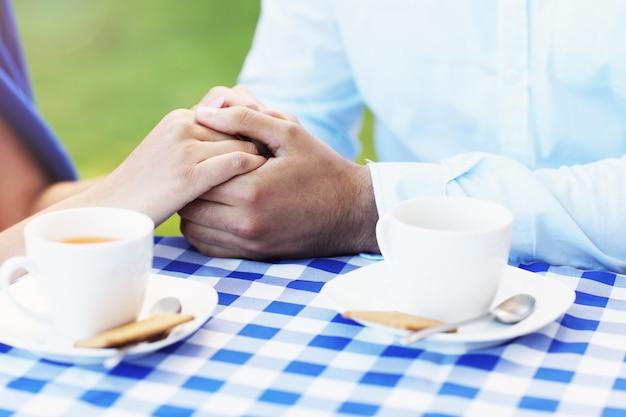 카페에서 낭만적 인 손