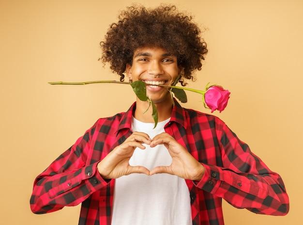 발렌타인 데이를 위한 분홍색 장미를 든 낭만적인 행복한 남자