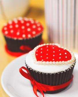 バレンタインデーのロマンチックなハートのカップケーキ