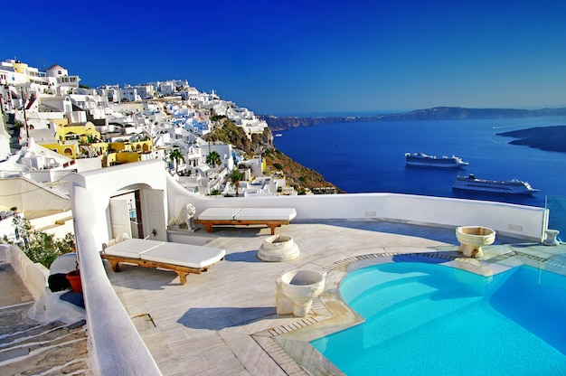 ロマンチックな休日-サントリーニ島の高級リゾート。スイミングプールからの素晴らしい眺め