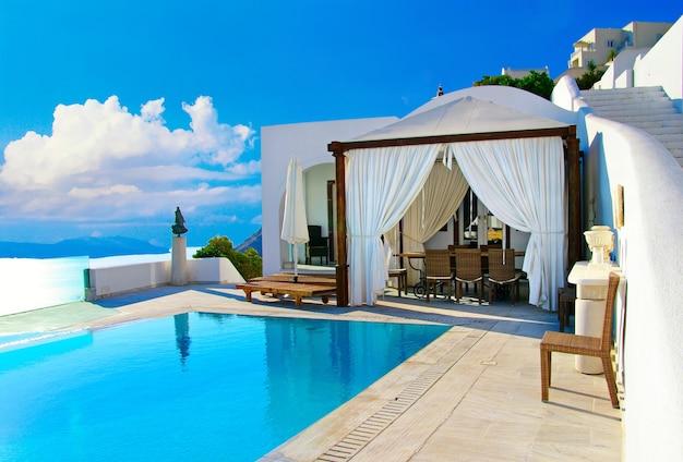 ロマンチックな休日-豪華なサントリーニリゾート。オイア村。ギリシャ旅行