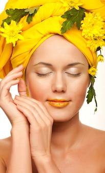 Романтический образ молодой женщины с желтыми хризантемами