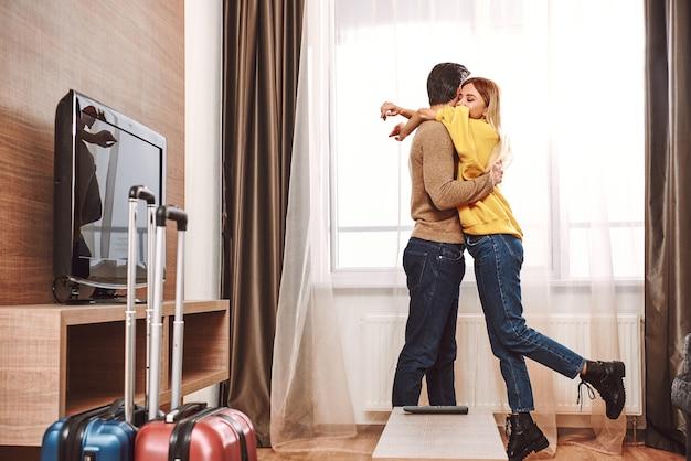 ロマンチックなジョーニー。旅行中に賃貸アパートでキスするカップル。