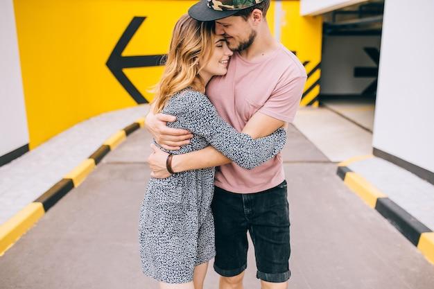 도시에서 두 연인의 로맨틱 한 키스 / 젊은 행복한 커플