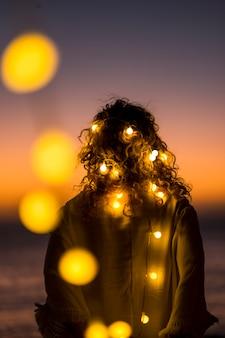 서있는 여자와 노란색 전구 로맨스 빛으로 낭만적 인 생활 개념