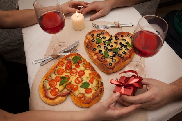 Романтический любовный ужин с пиццей в форме сердца и дарить подарки