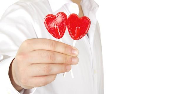 ロマンチックな男はバレンタインデーにハートロリポップの贈り物をします