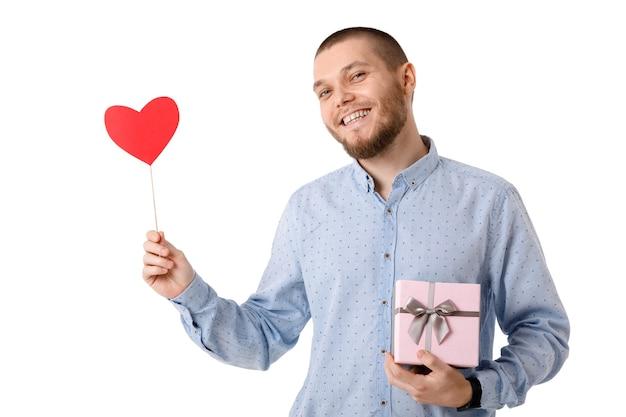 Романтический мужчина держит красное бумажное сердце и подарочную коробку, изолированные на белом фоне