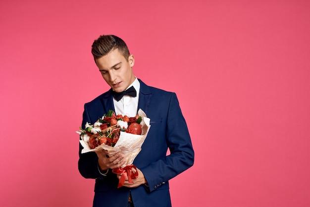 花の花束とピンクの蝶ネクタイでロマンチックな男