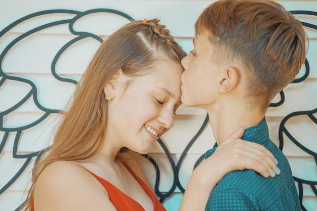 美しいカップルのロマンチックな出会い