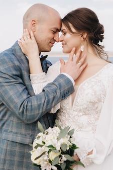 春と結婚式のお祝いのカップルのロマンチックな会議