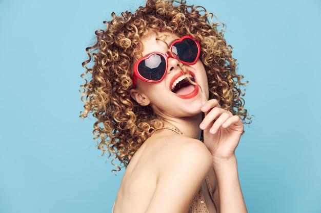 Романтическая модельная дискотека в изолированных солнцезащитных очках с красным сердцем