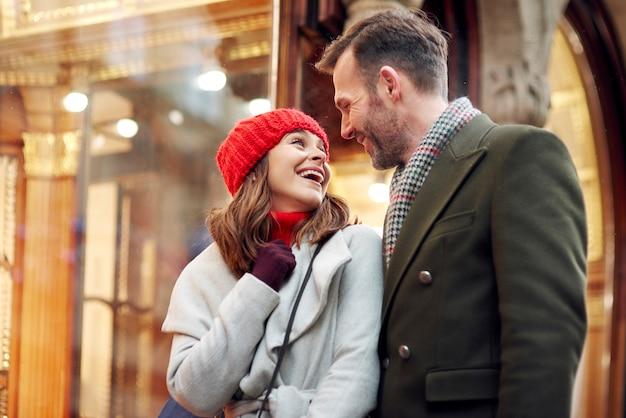大きな冬の買い物中のロマンチックな瞬間