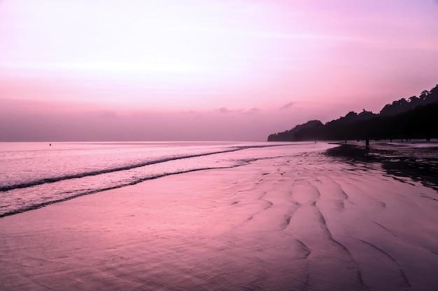 Романтический момент, пляж радханагар, остров хэвлок. великолепная красота заката на самом красивом пляже азии.