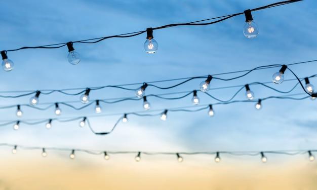 電線のチューブとのロマンチックな瞬間