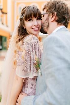 結婚式のカップルのロマンチックな瞬間。新郎新婦が一緒になって楽しい時間を取りまとめます。