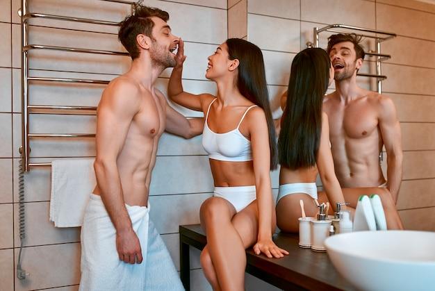 화장실에서 젊은 부부의 낭만적 인 아침. 사랑에 빠진 한국 여성과 잘 생긴 남자는 샤워 후 자신을 돌본다. 몸과 얼굴 관리.
