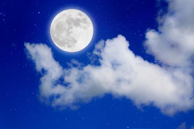 ロマンチックなnight.full月の宇宙では、曇りの星の背景。